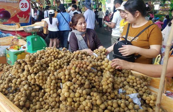 Chợ dịp Tết Đoan Ngọ hút hàng, giá trái cây tăng sốc - Ảnh 5.
