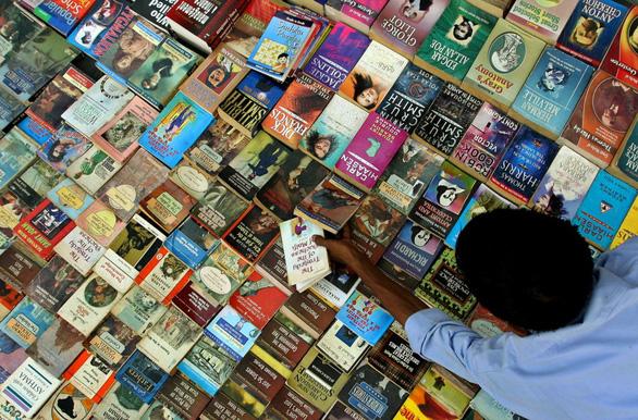 Đi Ấn Độ, thú vị với hàng rong sách - Ảnh 1.