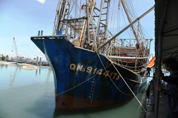 Phản đối tàu Trung Quốc cướp hải sản ngư dân Việt Nam - Ảnh 1.
