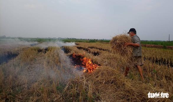 Ô nhiễm bụi mịn tăng cao ở Hà Nội do nhiều nơi đốt rơm rạ - Ảnh 1.