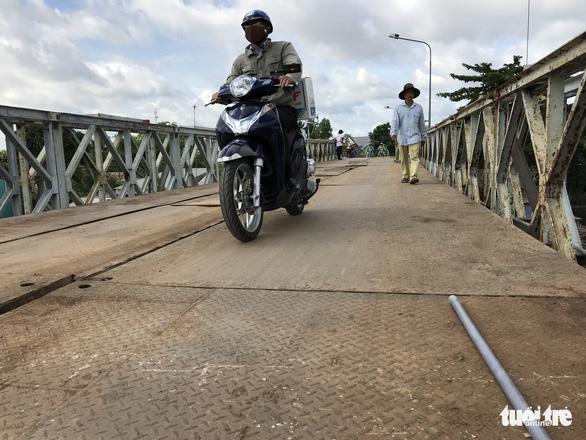 Cầu Tân Nghĩa thông xe, cho xe máy và người đi bộ qua cầu - Ảnh 2.