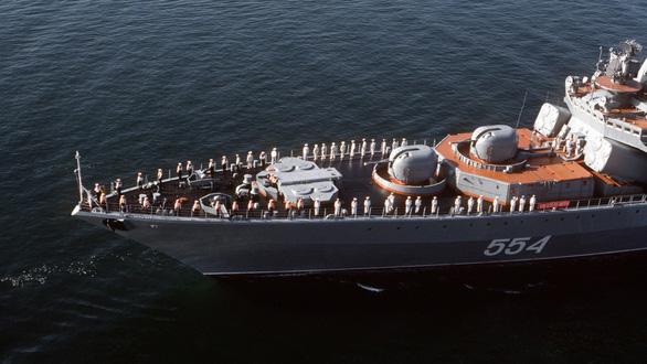 Tàu chiến của Nga và Mỹ suýt đâm nhau - Ảnh 1.