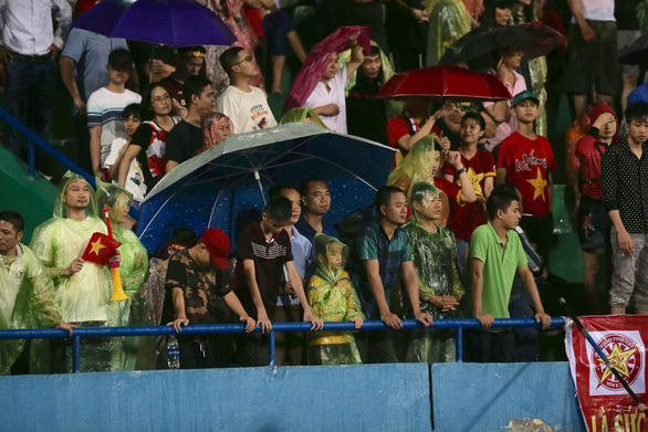 Vì sao trận U23 Việt Nam - U23 Myanmar bị tạm dừng gần 30 phút? - Ảnh 1.