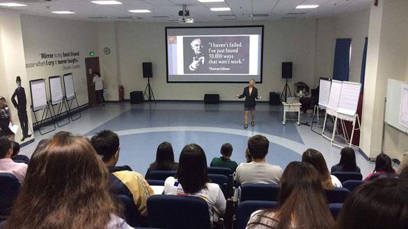 Giáo sư quần đùi làm phó hiệu trưởng Đại học Văn Lang - Ảnh 2.
