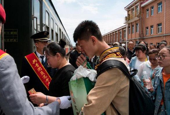 Phụ huynh Trung Quốc... đốt đồ cúng ngoài trường thi cho con may mắn - Ảnh 4.