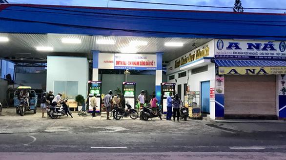 Nhiều cửa hàng tháo bỏ bảng hiệu xăng dầu của đại gia Trịnh Sướng - Ảnh 2.