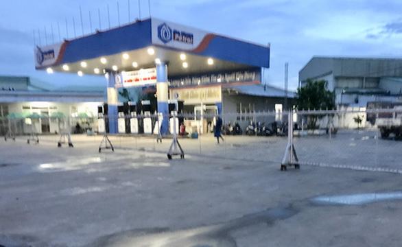 Nhiều cửa hàng tháo bỏ bảng hiệu xăng dầu của đại gia Trịnh Sướng - Ảnh 1.