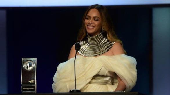 Nữ danh ca 22 giải Grammy lộng lẫy trang phục của nhà thiết kế Phương My - Ảnh 3.