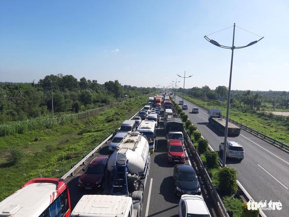 7 xe tông liên hoàn trên cao tốc TP.HCM - Trung Lương, hàng ngàn xe cộ ùn ứ - Ảnh 5.