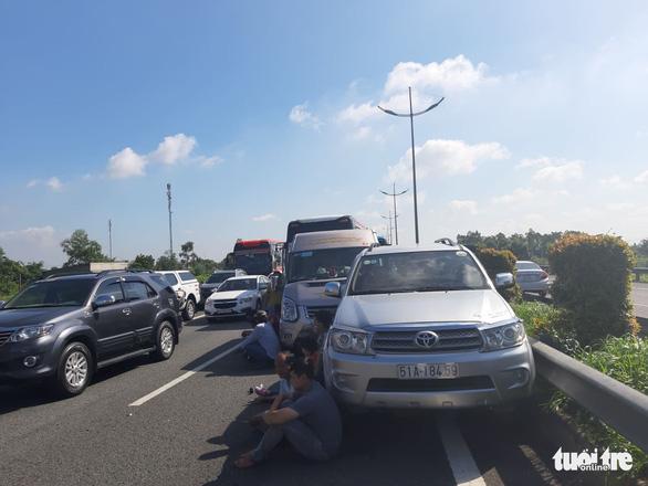 7 xe tông liên hoàn trên cao tốc TP.HCM - Trung Lương, hàng ngàn xe cộ ùn ứ - Ảnh 3.