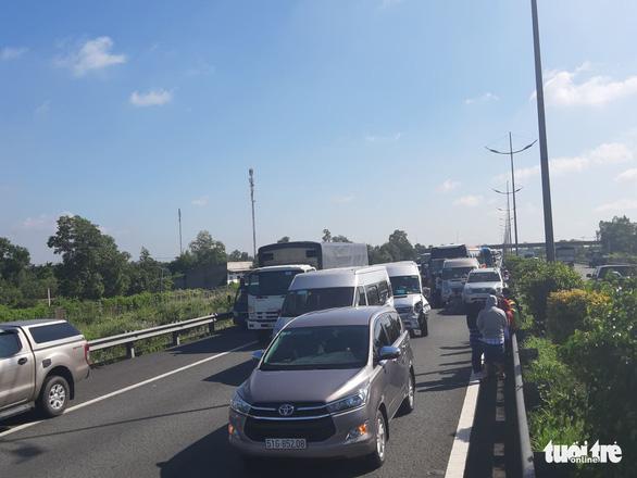 7 xe tông liên hoàn trên cao tốc TP.HCM - Trung Lương, hàng ngàn xe cộ ùn ứ - Ảnh 1.
