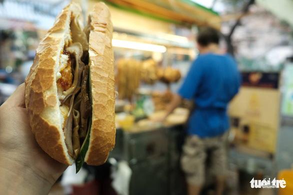 7 loại bánh mì trứ danh chỉ nhắc đã thèm ở TP.HCM - Ảnh 9.