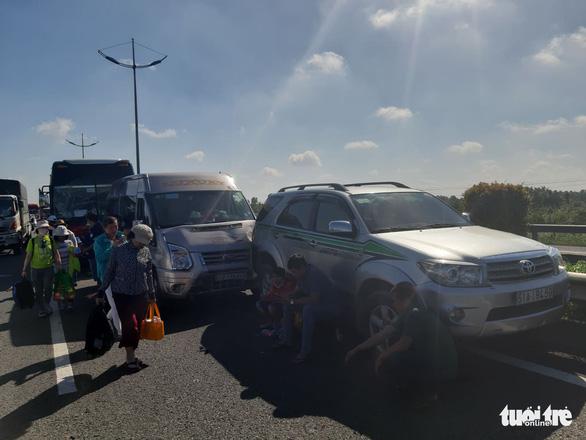 7 xe tông liên hoàn trên cao tốc TP.HCM - Trung Lương, hàng ngàn xe cộ ùn ứ - Ảnh 4.