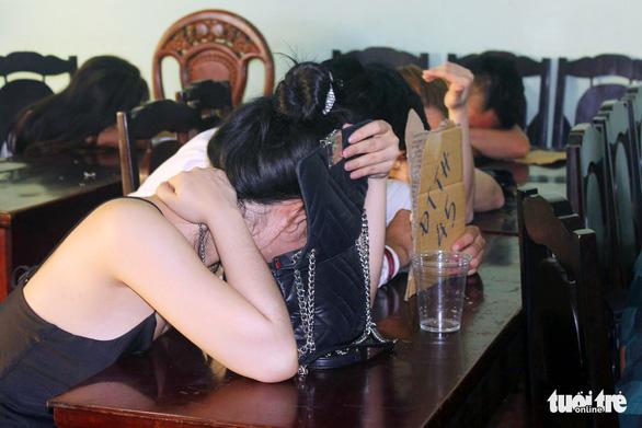 50 nam thanh nữ tú lắc lư trong quán karaoke dương tính với ma túy - Ảnh 2.