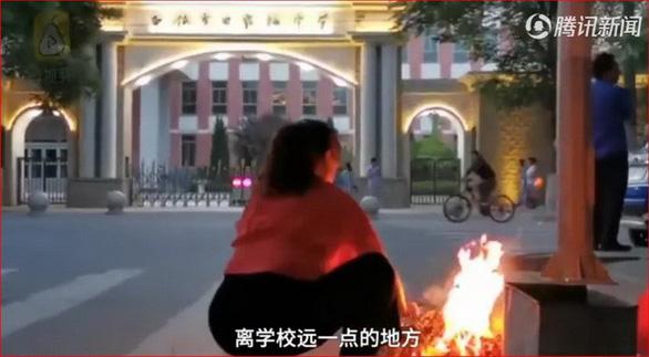 Phụ huynh Trung Quốc... đốt đồ cúng ngoài trường thi cho con may mắn - Ảnh 7.