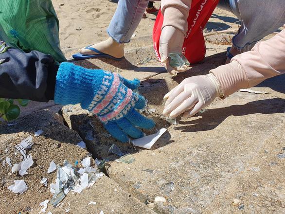 Nhìn hàng trăm bạn trẻ vã mồ hôi dọn rác, nhiều người thấy xấu hổ - Ảnh 5.