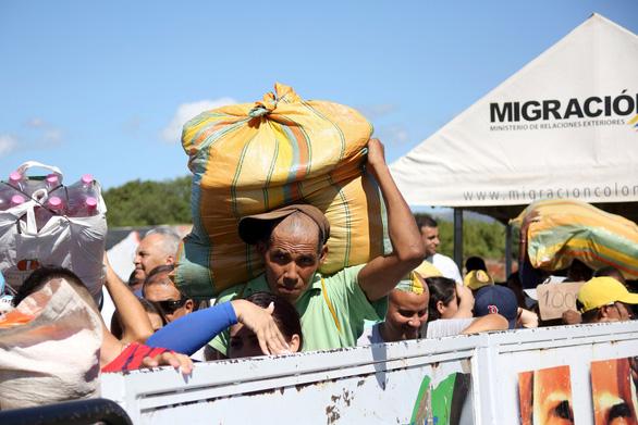 Venezuela mở cửa biên giới, dân sang Colombia mua thuốc và thực phẩm - Ảnh 1.