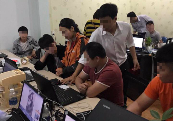 Trục xuất 35 người Trung Quốc tổ chức đánh bạc - Ảnh 1.