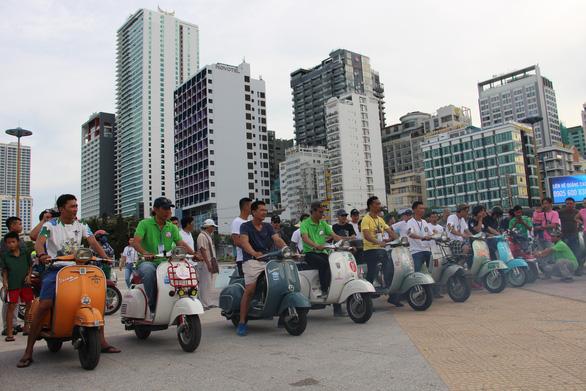 400 xe Vespa và ôtô cổ hội ngộ tại Nha Trang - Ảnh 23.