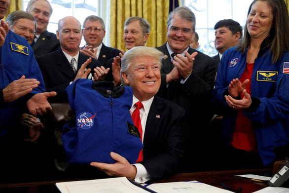 Ông Trump muốn lên sao Hỏa hơn là Mặt trăng - Ảnh 1.