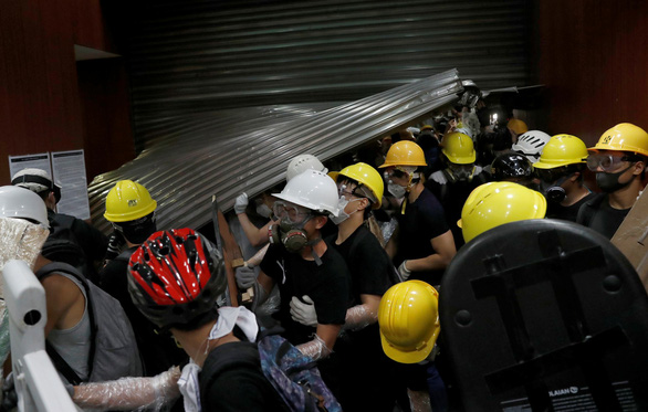 Người biểu tình Hong Kong chiếm Hội đồng lập pháp, đập phá đồ đạc - Ảnh 1.