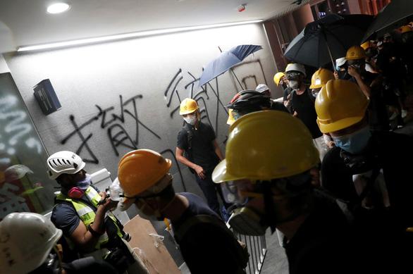 Người biểu tình Hong Kong chiếm Hội đồng lập pháp, đập phá đồ đạc - Ảnh 2.