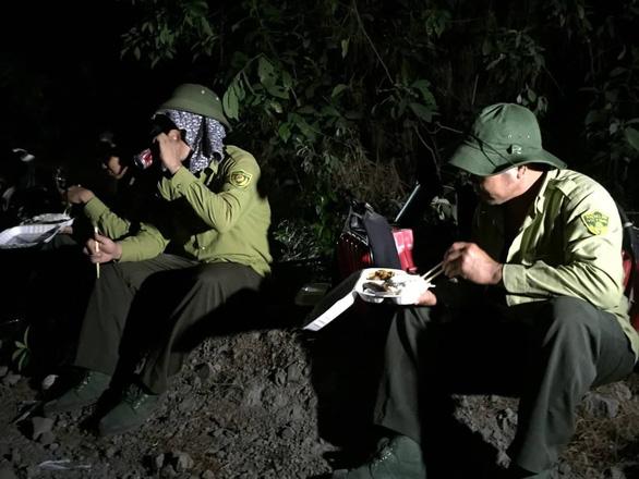 Vợ chồng chủ nhà hàng phát cơm 'tiếp sức' cho lực lượng cứu rừng Hà Tĩnh