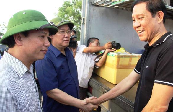 Vợ chồng chủ nhà hàng phát cơm tiếp sức cho lực lượng cứu rừng Hà Tĩnh - Ảnh 3.