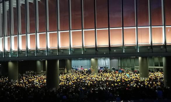 Người biểu tình Hong Kong chiếm Hội đồng lập pháp, đập phá đồ đạc - Ảnh 4.