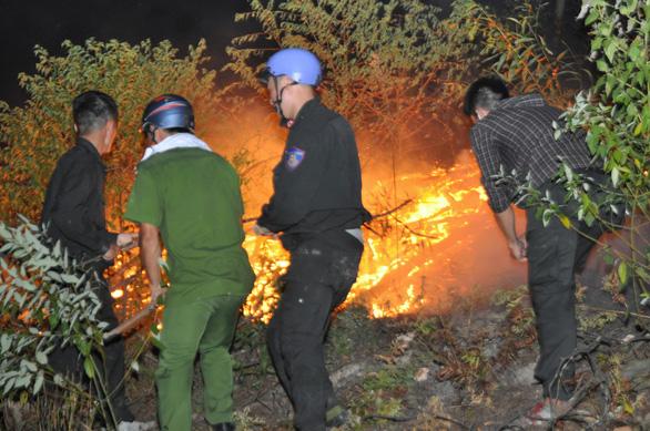 Trắng đêm dập lửa, cơ bản đã khống chế các điểm cháy rừng ở Hà Tĩnh - Ảnh 2.