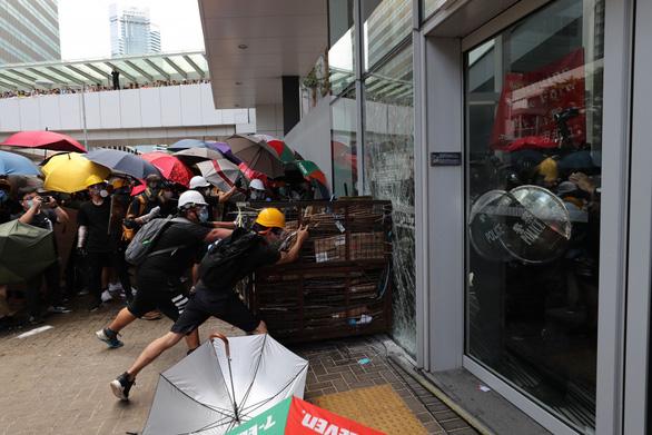 Người biểu tình Hong Kong tấn công Hội đồng lập pháp - Ảnh 1.