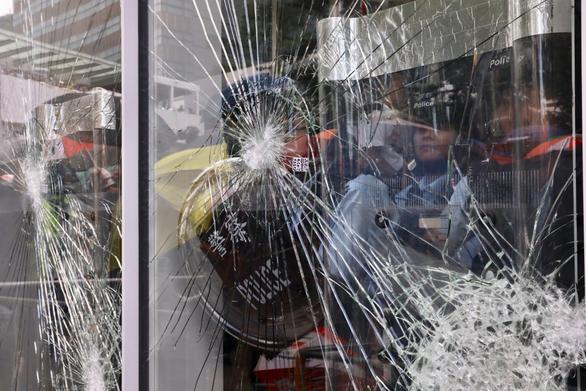Người biểu tình Hong Kong tấn công Hội đồng lập pháp - Ảnh 2.
