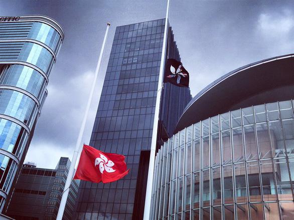 Người biểu tình Hong Kong tấn công Hội đồng lập pháp - Ảnh 3.