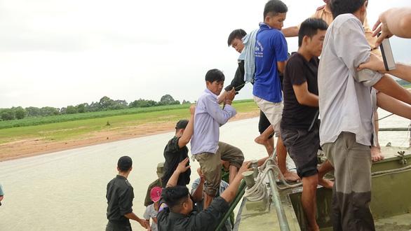 Bắt hàng chục người đi ghe ra đảo giữa hồ Dầu Tiếng để sát phạt - Ảnh 2.