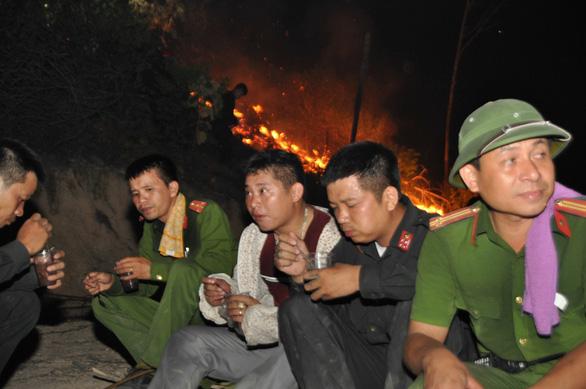 Trắng đêm dập lửa, cơ bản đã khống chế các điểm cháy rừng ở Hà Tĩnh - Ảnh 3.