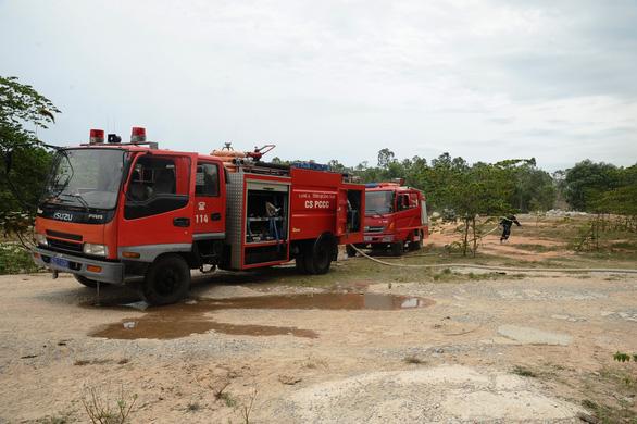 Rừng keo ở Quảng Nam bốc cháy dữ dội - Ảnh 5.