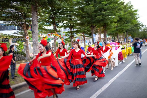 Rực rỡ sức trẻ trong lễ kỷ niệm 30 năm ngày tái lập tỉnh Phú Yên - Ảnh 2.