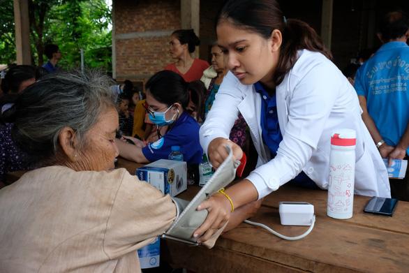 Thầy thuốc trẻ khám bệnh ở Lào: suýt vỡ trận vì quá đông - Ảnh 6.
