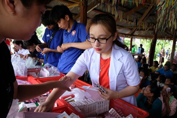 Thầy thuốc trẻ khám bệnh ở Lào: suýt vỡ trận vì quá đông - Ảnh 12.