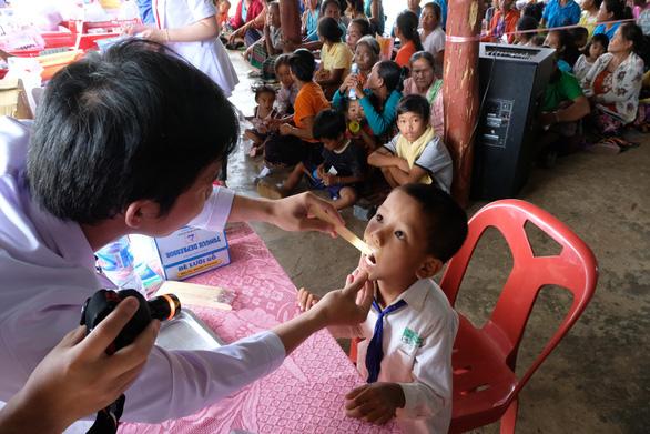 Thầy thuốc trẻ khám bệnh ở Lào: suýt vỡ trận vì quá đông - Ảnh 4.