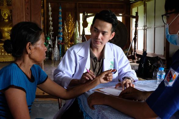 Thầy thuốc trẻ khám bệnh ở Lào: suýt vỡ trận vì quá đông - Ảnh 3.