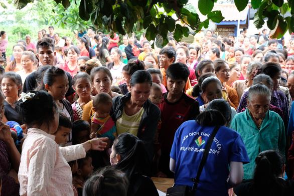 Thầy thuốc trẻ khám bệnh ở Lào: suýt vỡ trận vì quá đông - Ảnh 1.