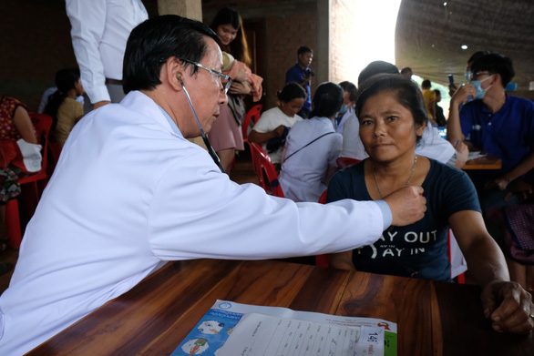 Thầy thuốc trẻ khám bệnh ở Lào: suýt vỡ trận vì quá đông - Ảnh 8.