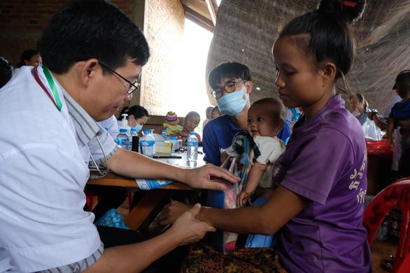 Thầy thuốc trẻ khám bệnh ở Lào: suýt vỡ trận vì quá đông - Ảnh 5.