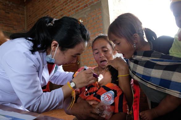 Thầy thuốc trẻ khám bệnh ở Lào: suýt vỡ trận vì quá đông - Ảnh 7.