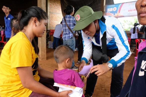 Thầy thuốc trẻ khám bệnh ở Lào: suýt vỡ trận vì quá đông - Ảnh 11.