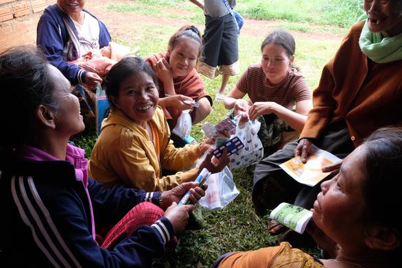 Thầy thuốc trẻ khám bệnh ở Lào: suýt vỡ trận vì quá đông - Ảnh 9.