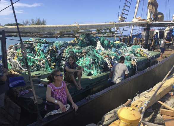 Vớt lưới ma nặng 8 tấn ở Thái Bình Dương - Ảnh 1.