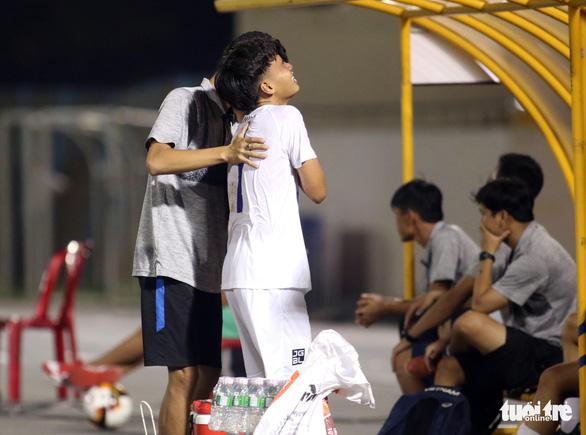 Cầu thủ U17 Hoàng Anh Gia Lai gãy xương đòn trong trận ra quân - Ảnh 1.