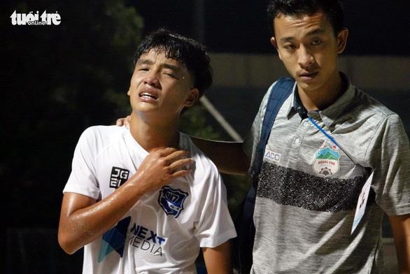 Cầu thủ U17 Hoàng Anh Gia Lai gãy xương đòn trong trận ra quân - Ảnh 2.